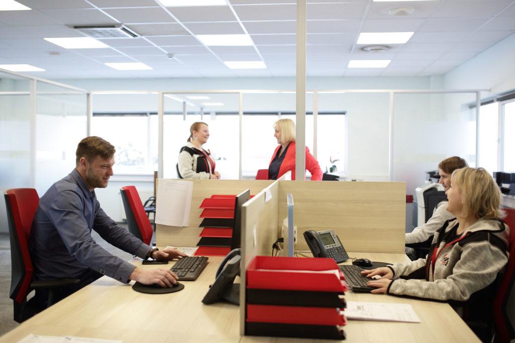 HRX starptautisko kravu pārvadājumu uzņēmuma darbinieki birojā